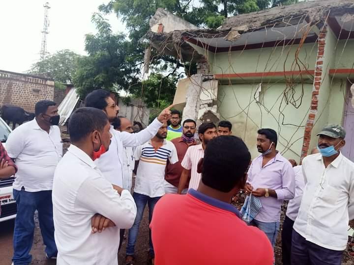 Adarsh Maharashtra | आटपाडी येथे महाराष्ट्र नवनिर्माण सेनेने केलेल्या खळ-खट्याक आंदोलनातील पदाधिकाऱ्यांची मनसे जिल्हाध्यक्ष तानाजीरावसावंत फायटर यांनी घेतली भेट