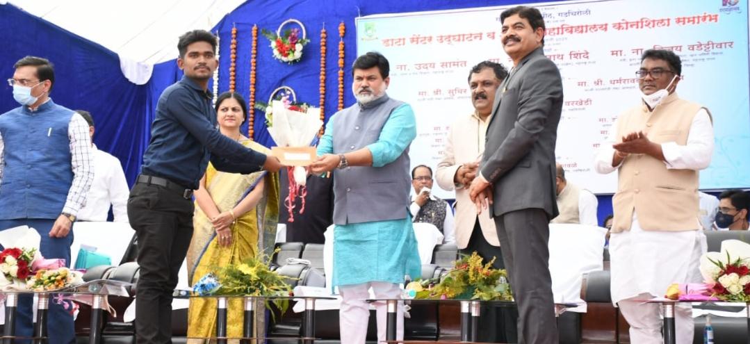 Adarsh Maharashtra | उच्च व तंत्र शिक्षण मंत्री उदय सामंत यांच्या हस्ते अनिकेत दुर्गेचा सत्कार
