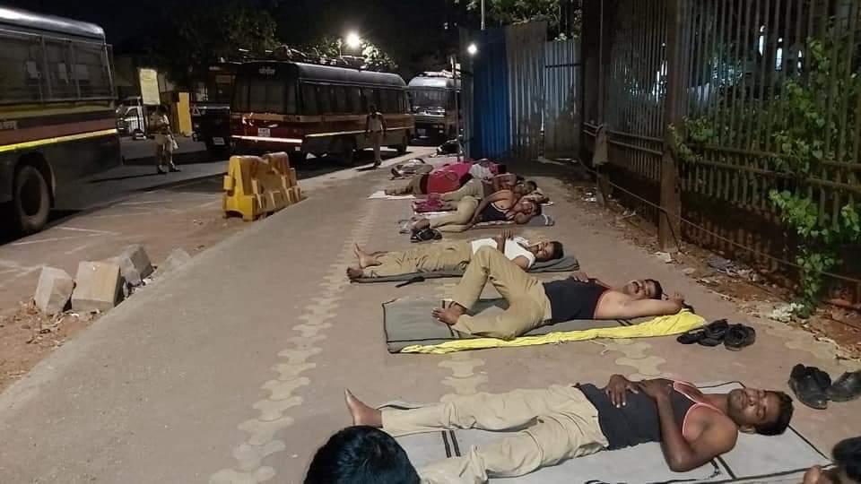 Adarsh Maharashtra | सोलापूरची 'खाकी' झोपतेय मुंबईच्या फुटपाथवर ! ना खायला चांगलं,ना झोपायला जागा..