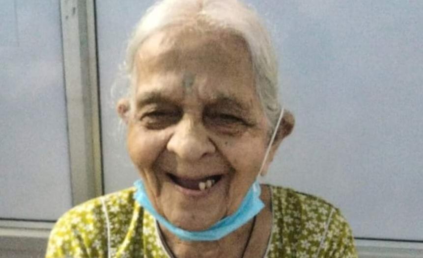 Adarsh Maharashtra | १०६ वर्षांच्या आजीपुढे हरला कोरोना, डिस्चार्ज मिळताच चेहऱ्यावर फुललं असं हसू