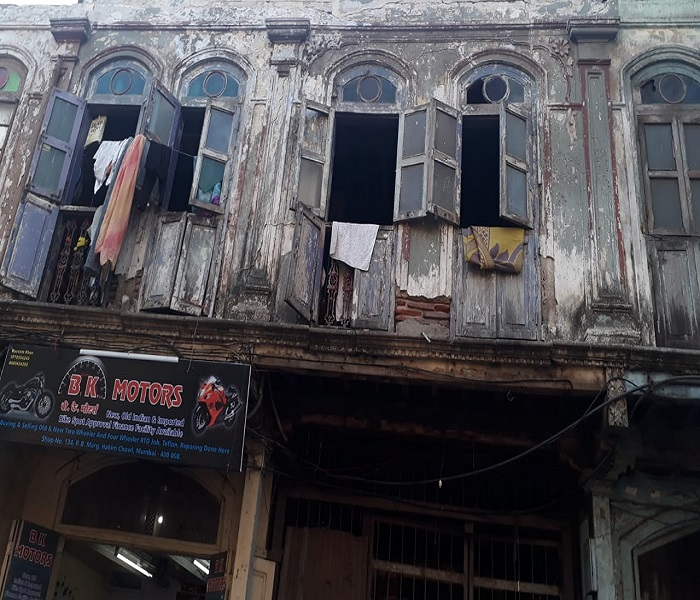 Adarsh Maharashtra | ग्रांटरोड च्या हाकिम चाळीतील रहिवाशी मृत्युच्या छायेत; मोठी दुर्घटना घडण्याची शक्यता