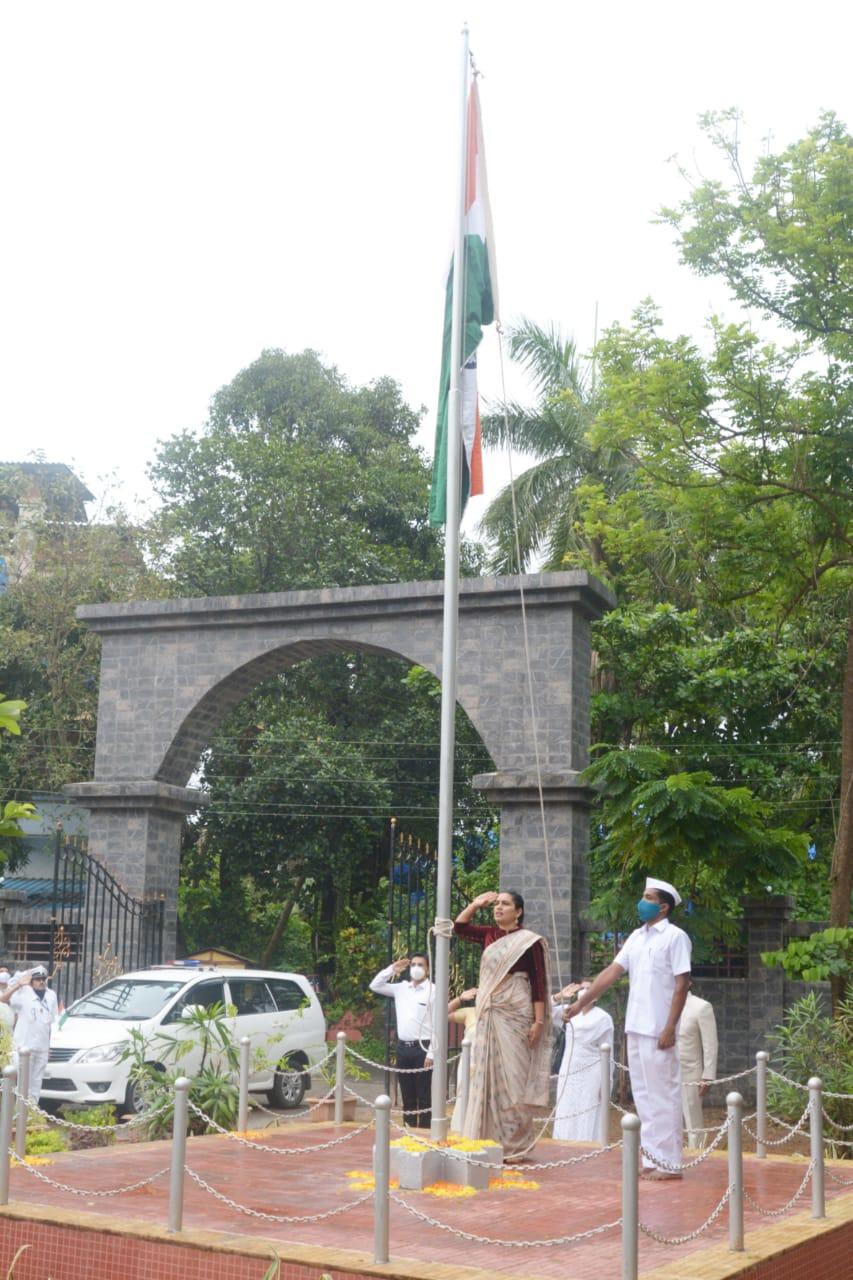Adarsh Maharashtra | रायगड जिल्हाधिकारी कार्यालयाच्या प्रांगणात जिल्हाधिकारी निधी चौधरी...