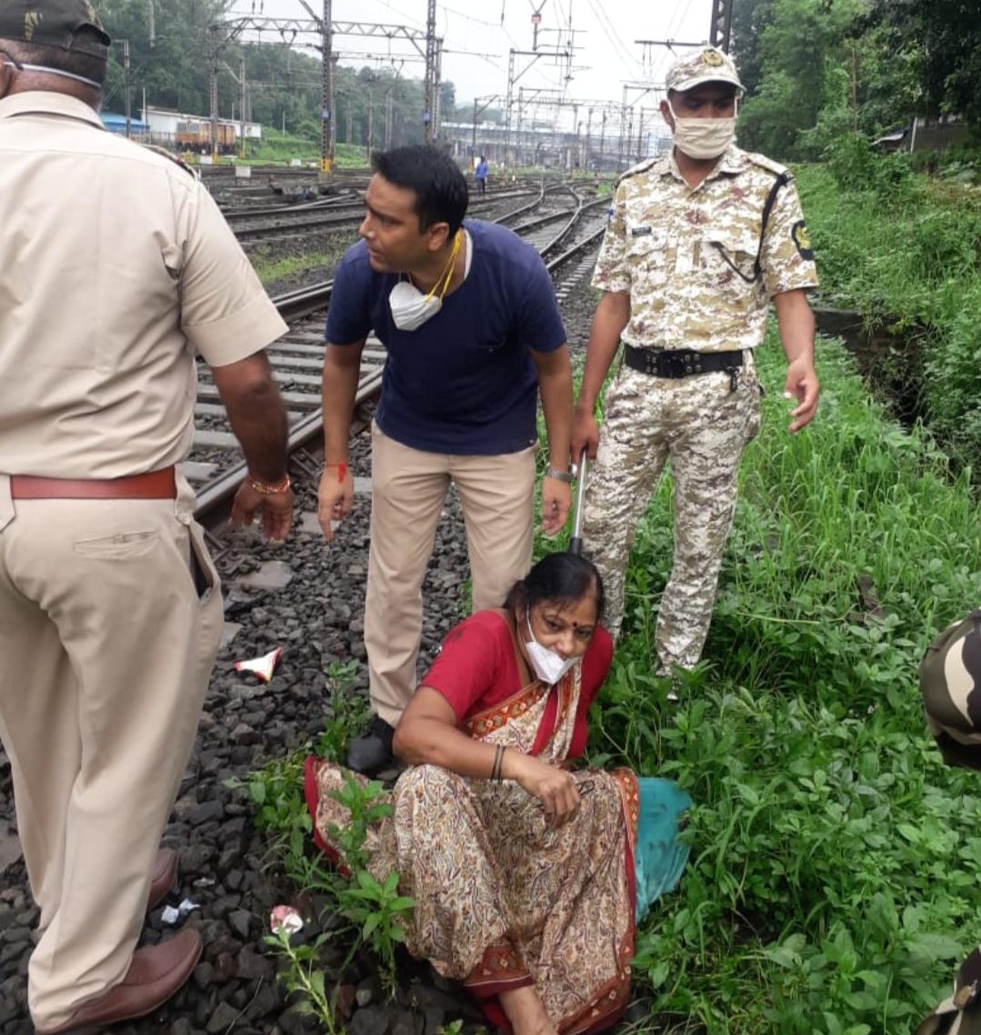 Adarsh Maharashtra | कल्याणमध्ये थरारक घटना,कौंटुबिक वादाला कंटाळून महिलेचा रेल्वेत...