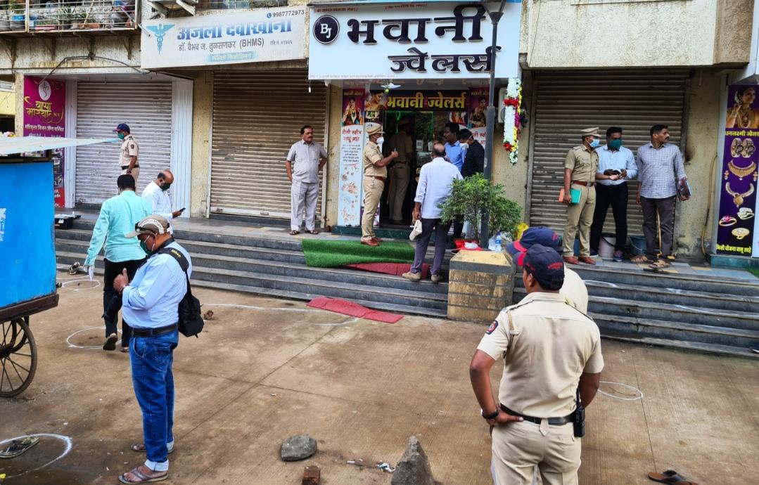 Adarsh Maharashtra   अंबरनाथमध्ये ज्वेलर्सवर दरोडा,तीन जण जखमी .
