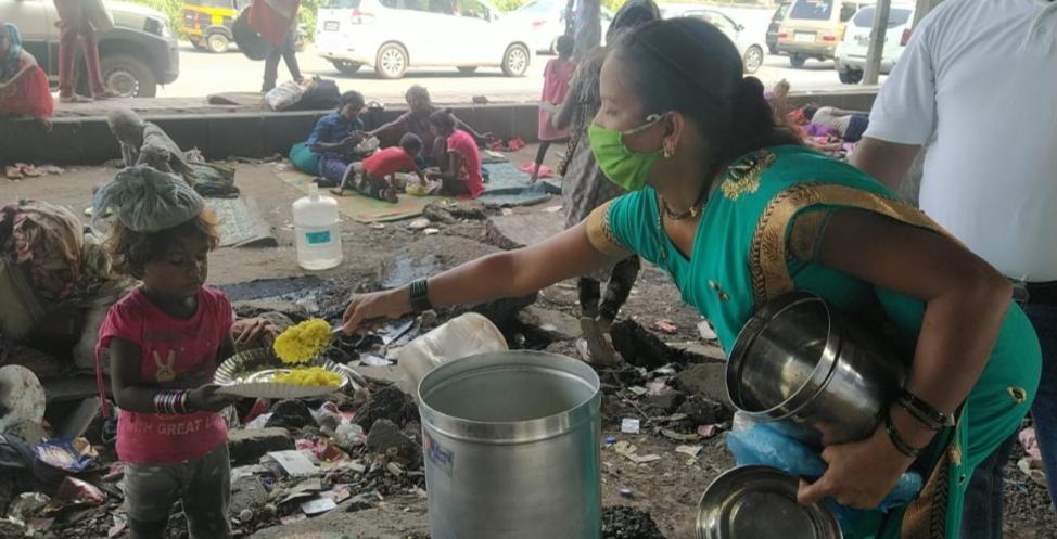 Adarsh Maharashtra | फाईट फॉर राईट फाउंडेशनच्या वतीने कळंबोली येथील हायवेब्रीज खाली राहणाऱ्या...