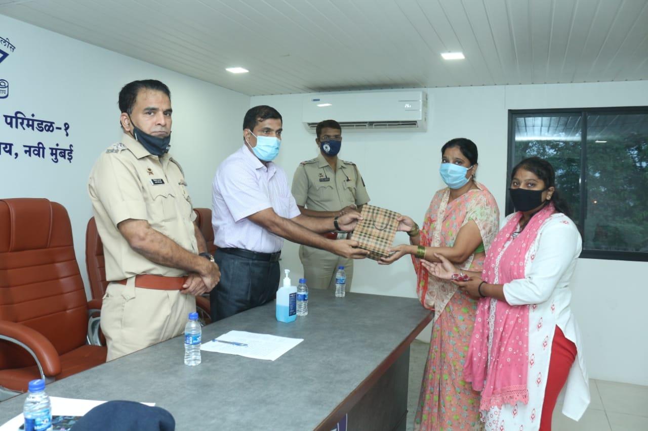 Adarsh Maharashtra | कर्तव्य बजावीत असतांना कोरोनामुळे  मुत्युंमुखी पडलेल्या पो.ह खोत यांच्या...