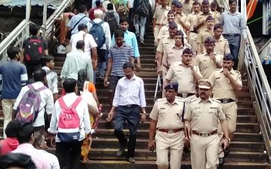 Adarsh Maharashtra | स्वातंत्र्य दिनाच्या पार्श्वभूमीवर दादर रेल्वे स्थानक परिसरात पोलिसांचे...