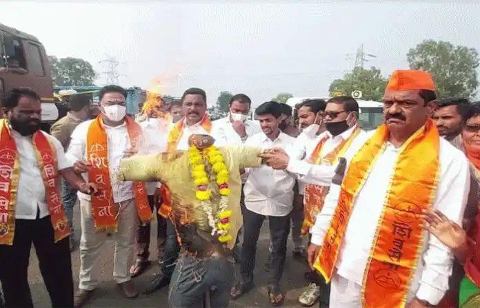 Adarsh Maharashtra   कर्नाटकच्या उपमुख्यमंत्र्यांचा शिवसैनिकांनी पुतळा जाळला