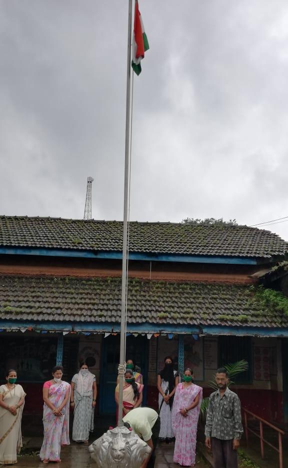 Adarsh Maharashtra   आजरा येथील कुमार भवन शाळेत अंगणवाडी सेविकांचे ध्वजारोहण .....