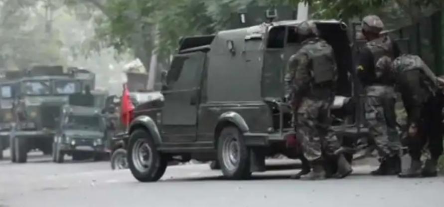 Adarsh Maharashtra   काश्मीरमध्ये पोलिसांच्या वाहनाच्या दिशेने फेकले ग्रेनेड