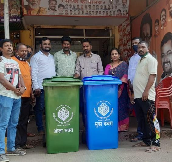 Adarsh Maharashtra | विरार,मनवेलपाडा येथील इमारतींना शिवसेनेकडुन सुखा-ओला कचऱ्याचे डब्बे वाटप