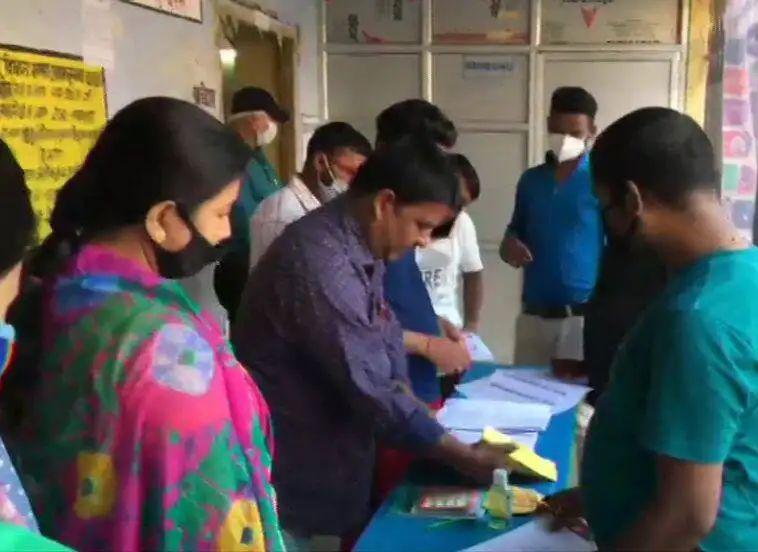 Adarsh Maharashtra   पहिल्या टप्प्यातील मतदानाला सुरुवात,कोरोना संकटात निवडणूक घेणारं पहिलं...