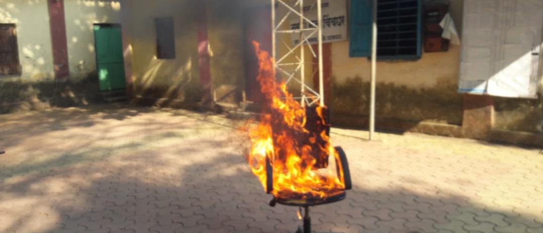 Adarsh Maharashtra   चिंचघर ग्रामपंचायतीमधील सरपंचाच्या खुर्चीला लावली आग