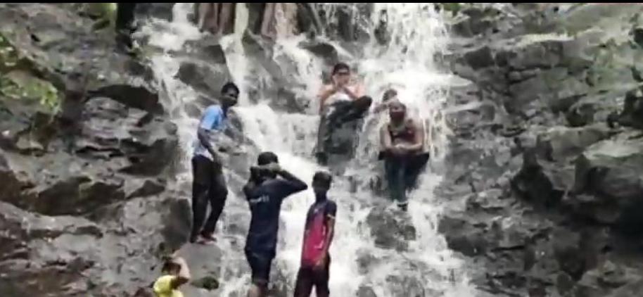 Adarsh Maharashtra | वाघोबा धबधब्यावर गेलेल्या ७ जणांवर गुन्हा