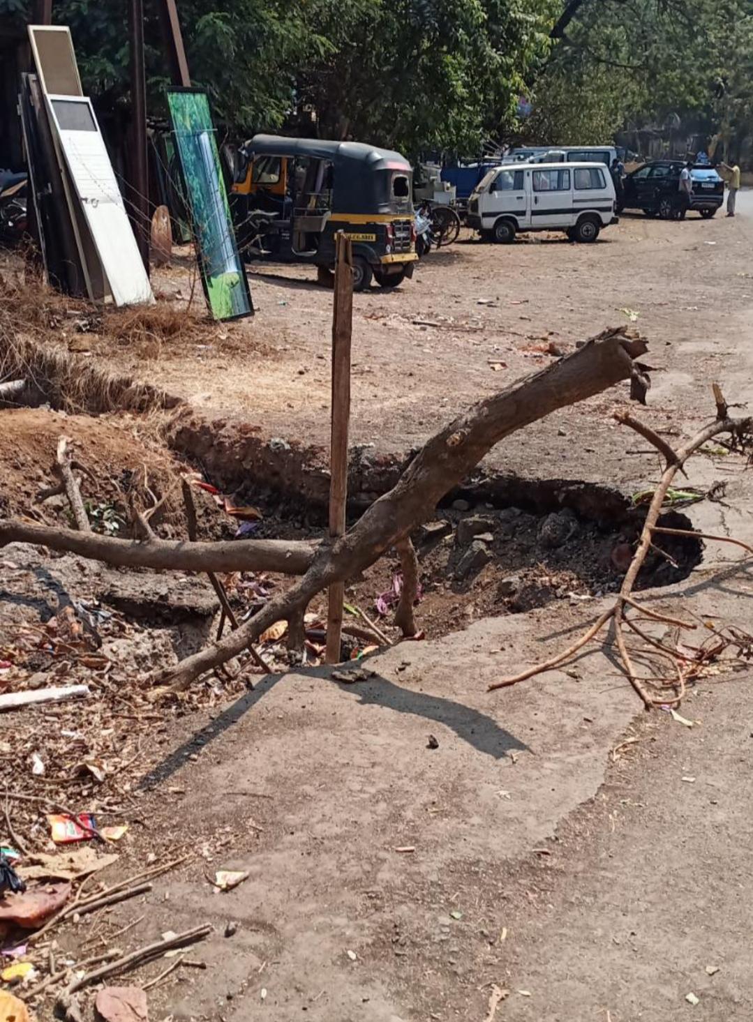 Adarsh Maharashtra | उल्हासनगर महानगरपालिकेचा हलगर्जीपणा अपघाताला आमंत्रण देणारा खड्डा .