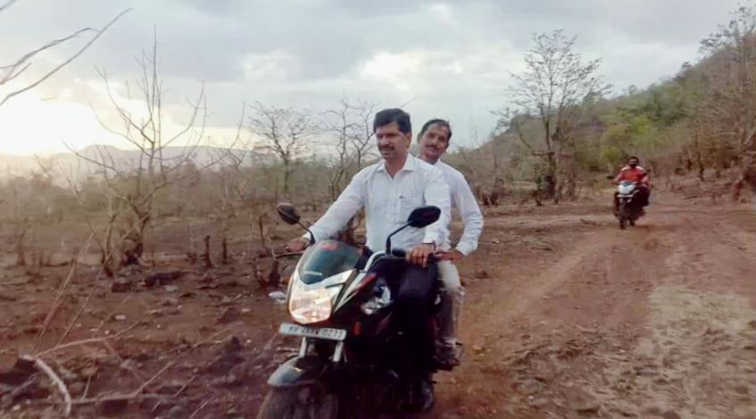 Adarsh Maharashtra | कर्जतचा आमदारांचा मोटारसायकल वरुन पाहाणी दौरा! आमदार थोरवे यांचा धडपडीने...