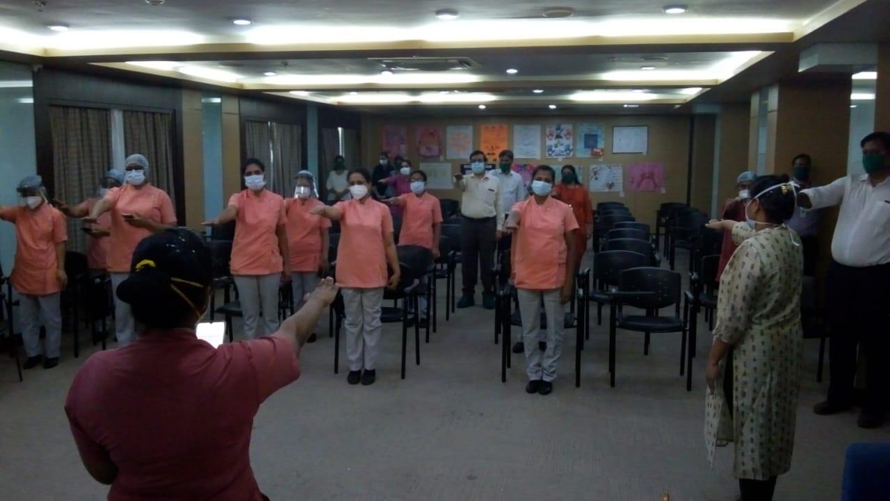 Adarsh Maharashtra   कोरोनाविरूद्ध एकत्रित लढू, परिचरिकांनी दिले वचन  मीरारोड येथील वोक्हार्ड...