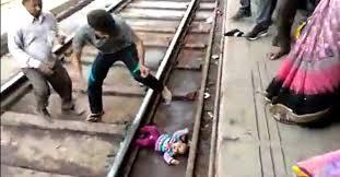 Adarsh Maharashtra | अंगावरून ट्रेन गेली,तरी १ वर्षांची चिमुरडी वाचली