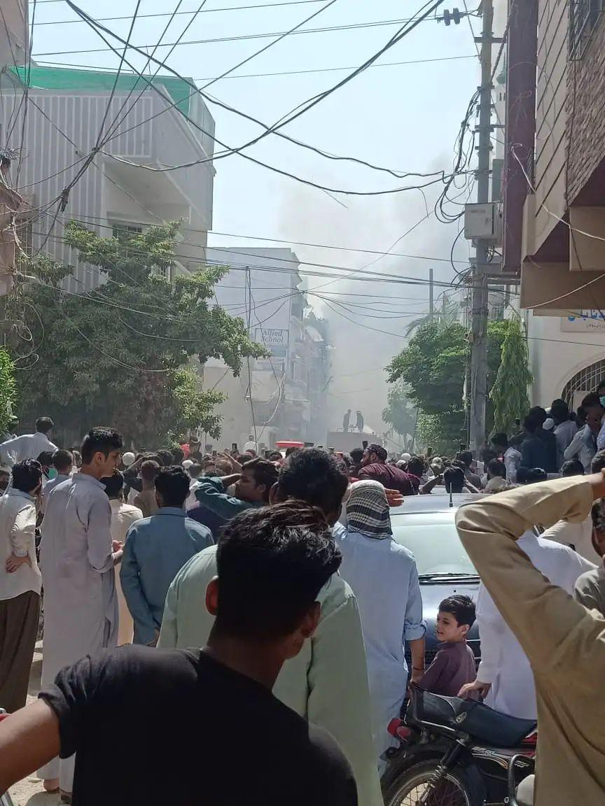 Adarsh Maharashtra   पाकिस्तानात प्रवासी विमान कोसळलं, कराचीजवळ घडली घटना